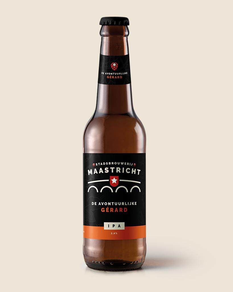 de-avondtuurlijke-gerard-ipa-speciaalbier-stadsbrouwerij-maastricht-met-achtergrond